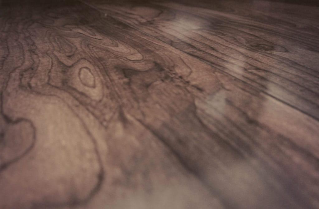 Geräucherte Holz als Bodenbelag