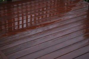 Wasserschäden auf Parkett-, Dielen- oder Laminatböden sollten umgehend entfernt und gegebenenfalls umfassend saniert werden. Das Symbolfoto zeigt einen Dielenboden mit stehenden Wasser.