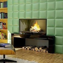 Die Kombination aus Kamin und Holzfußboden wie Parkett oder Laminat ist zwar nicht ganz unproblematisch, jedoch durchaus kontrollierbar, wenn eine Reihe von Sicherheitsmaßnahmen eingehalten werden. Das Symbolfoto zeigt einen modernen Kamin mit moderner Fliesenumrandung in Grün auf einem Holzfußboden.