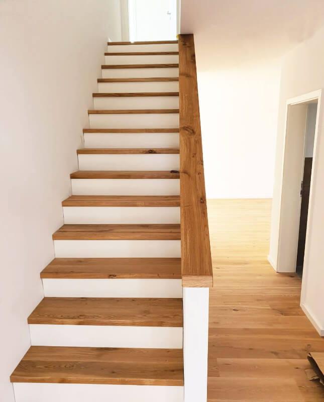 Treppe mit passenden Handlauf