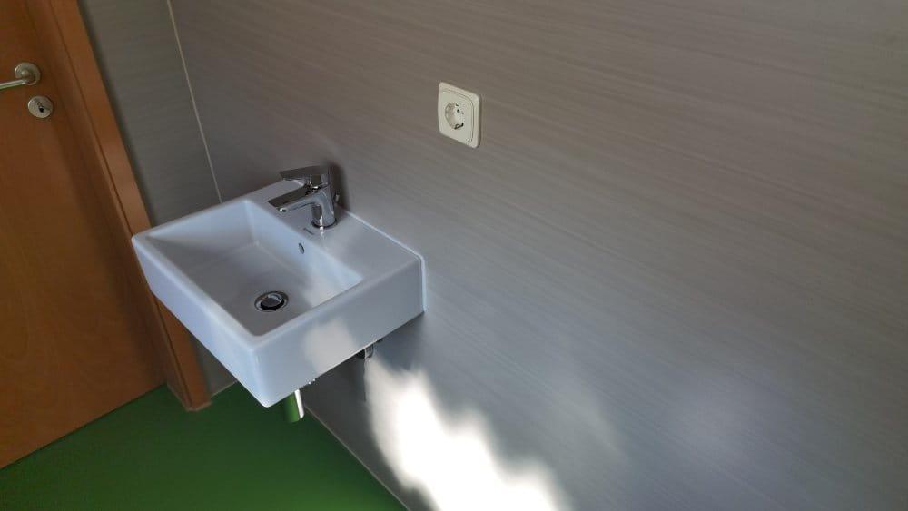 Linoleum an der Wand am Waschbecken