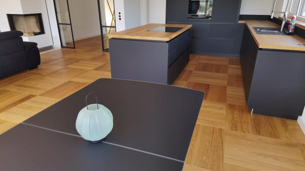 Küche mit Arbeitsplatte aus Parkett